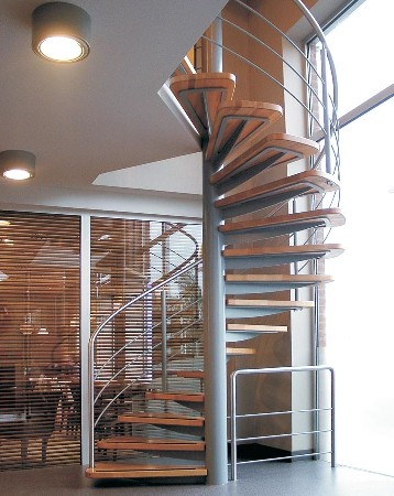 escalier h&eacute;lico&iuml;dale en acier avec marches en bois<br />